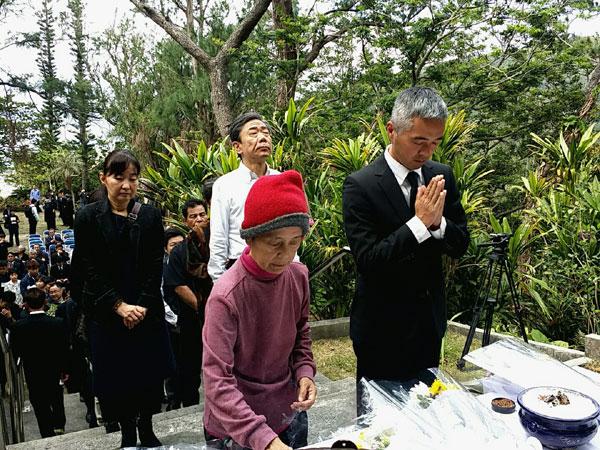 座間味村の慰霊祭で焼香をする宮里洋子さん(左) 2015年3月 撮影 栗原佳子