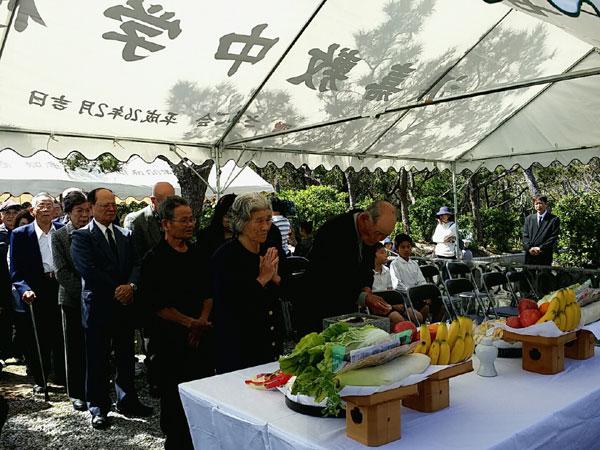 渡嘉敷村の慰霊祭で白玉之塔に手を合わせる参列者 撮影 栗原佳子