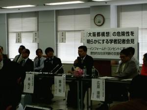 「大阪市解体」のリスクを説明する呼びかけ人の藤井聡さん(右から2人目)と森裕之さん。5日大阪市内 撮影栗原佳子