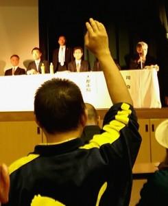 橋下市長の説明の後、挙手して質問しようとする男性 4月18日生野区民センター 撮影栗原佳子