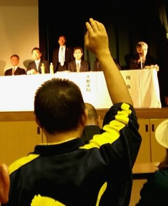 「質問させろ」「これは洗脳説明会か」市の説明会では怒号が飛んだ。写真は橋下市長の説明の後、挙手して質問しようとする男性。 4月18日生野区民センター 撮影栗原佳子