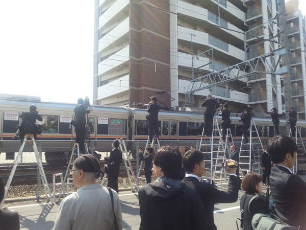 4月25日、事故から10年を迎えたJR福知山線脱線事故現場。遺族と報道陣が集まった(撮影・矢野宏)