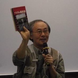 小林正典氏 フォトジャーナリスト。国連難民高等弁務官事務所と契約し難民を取材、国連写真家賞受賞。 笑顔で手にしている本は小林さんが48年前に購入した石川文洋氏の著書「ベトナム最前線」。