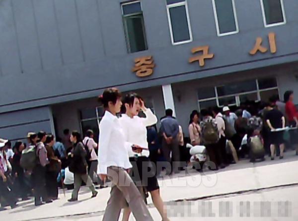 中区市場の前で開場を待つ平壌市民。2011年7月 撮影ク・グァンホ(アジアプレス)