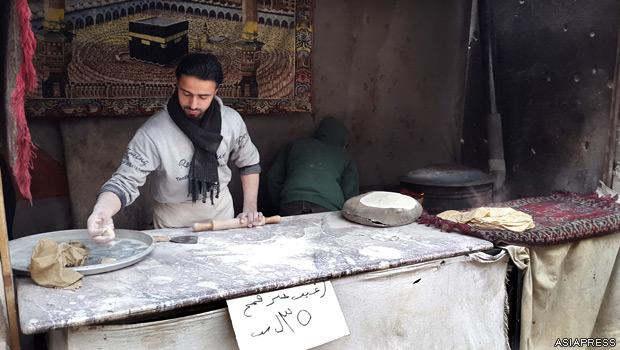 東ゴーダ地区の街頭でナンを売る店。小麦粉の確保が容易ではないため、価格が高騰。市民生活は困窮している。【2015年2月撮影:ハッサン・アル・ディーン】