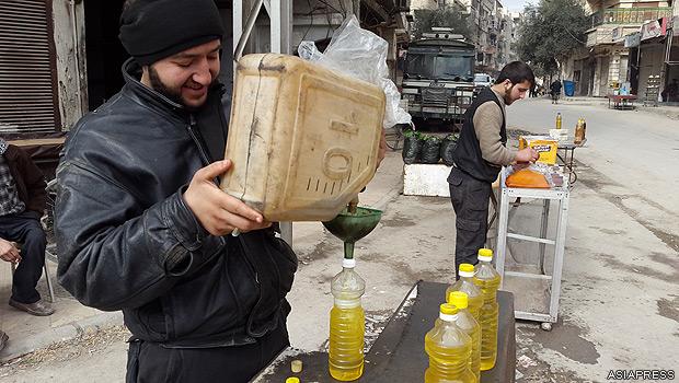 シリア・ダマスカス近郊の東ゴーダ地区は、反体制派が支配する。アサド政権の政府軍が包囲し、地区には燃料も入ってこない。プラスチックを集めてまわり、溶かして燃料を精製する。町工場で精製した燃料を小分けにして路上で販売する。【2015年2月撮影:ハッサン・アル・ディーン】