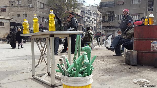 地区からあらゆるプラスチックを集めたり、市民が持ち寄るなどして、町工場で廃プラスチックから燃料を精製する。だが純度は低い。【2015年2月撮影:ハッサン・アル・ディーン】