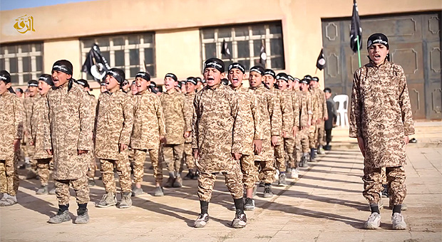 今年2月ISが公開した「ファルーク訓練所の少年戦士」とする宣伝映像。世界のメディアは子どもを軍事訓練させていることを大きく伝えたが、子どもたちの背景については分からなかった。今回のフェルハン君の証言で、この映像に出てくる少年たちのすべてがイラク北西部から拉致されたヤズディ教徒ということが明らかとなった。フェルハン君は弟とともにこの施設に収容され、過酷な訓練を受けさせられた。(IS映像)