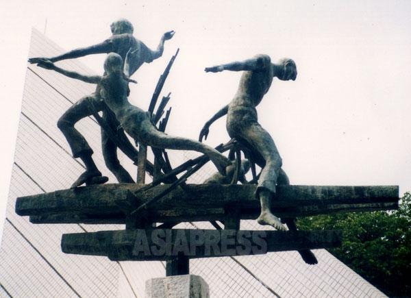 戦没船員の碑の前の銅像。戦没船員の受難を表現している。撮影 吉田敏浩。