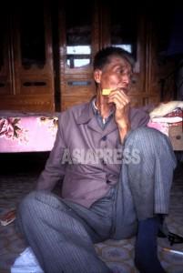 「日本人に何一ついい思い出はないが、今の朝鮮は倭政(日本統治)よりひどい」と語ったこの老人は、取材中ずっと食べ物を口に運び続けた。黒龍江省の親族の所に身を寄せたが7、8年前に亡くなった。1997年7月石丸次郎撮影(アジアプレス)