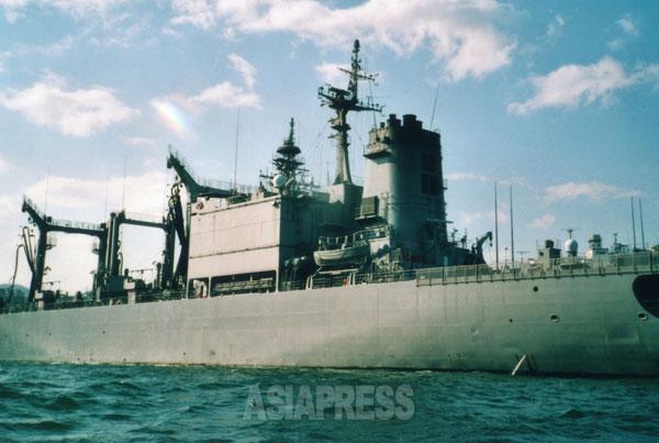 インド洋に派遣されて洋上給油をしてきた海上自衛隊の補給艦「ときわ」。海上自衛隊横須賀基地に停泊中。撮影 吉田敏浩