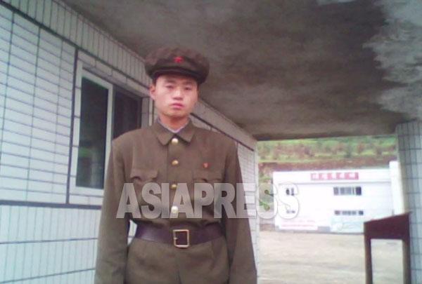 「労農赤衛隊」の制服を着た男性が企業所の出入口の警備に立っている。2010年10月 平安南道 撮影金東哲(アジアプレス)