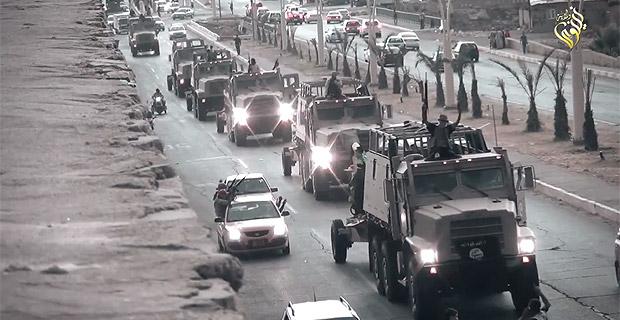 2014年6月にISは1000人規模の部隊でモスルを陥落させた。自爆攻撃などを多用し、イラク軍は敗走。人口200万のイラク第2の都市がISの手に堕ちたことはイラク政府にとって大きな衝撃だった。アメリカから供与された大量のイラク軍の武器・兵器がISに奪われた。写真は強奪したイラク軍の車両でモスル市内をパレードするIS部隊。(モスル・IS映像)