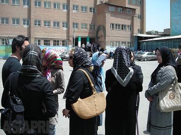 2009年6月12日のイラン大統領選挙の投票には多くの国民が積極的に参加した。投票所の小学校に長い列をなすテヘラン市民(撮影・筆者/テヘラン)