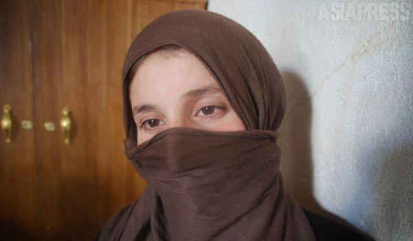 イスラム国が町を攻撃し、主婦アムシャさん(19)は夫と生後8か月の乳児とともに逃げたが、隣町で他の住民たちと一緒に捕まってしまう。夫を含む男性50人ほどが路上に並ばされ、その場で銃殺された。モスルに移送されたアムシャさんは、結婚式場として使われていたような大きなホールに詰め込まれた。そこにはすでにたくさんの女性が収容されていて、戦闘員らしき男たちがやってきて、携帯電話で顔写真を撮り、「笑え」と強要され、殴りつけられた。監禁部屋にいた同郷の女性2人は自ら命を絶った。一人は首を吊り、一人は手首を切ったという。アムシャさんは子どもの命を考え、50代の男性との強制結婚を受け入れる。連れて行かれた家には戦闘員らしき男たちもいた。2週間後、子どもを抱えて勝手口から脱出。夜道を数時間さまようなか、地元住民と出会い、匿ってもらう。同情した住民は知人のクルド人を手配し、他人の身分証を使ってイスラム国の検問を抜け、安全なクルディスタン地域に逃れることができた。しかし、17歳の義理の妹はイスラム国に拉致されたまま、居場所もわかっていない。(イラク北部・シャリヤで9月玉本英子撮影)