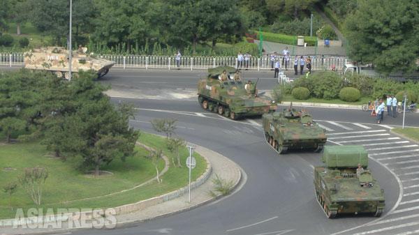 排気ガスを上げて戦車部隊が去って行く。 写真はすべて8月23日に北京の建国門にて宮崎紀秀撮影