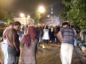 2009年のイラン大統領選挙では、開票結果に疑念を抱く改革派支持の市民たちが抗議運動を開始。治安部隊との大規模な衝突だけでなく、小さな集団が夜な夜な町を静かに練り歩く草の根の抗議運動が展開した。写真は拳を上げながら筆者自宅前を通過する100人ほどの市民(2009/6月・テヘラン)FONT>