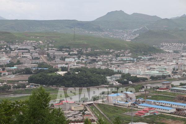 中国側から撮影した両江道の恵山市。鴨緑江の連絡橋を渡ったところに税関がある。(2010年7月 リ・ジンス撮影)