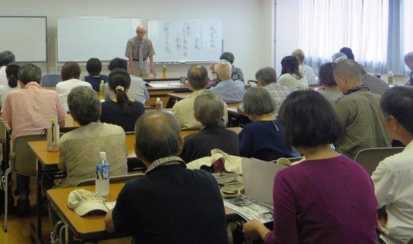 元海軍兵の瀧本邦慶さんさん(94)は整備兵として航空母艦「飛龍」に乗り込み、42年6月のミッドウェー海戦に参加した。壮絶な戦争体験に、集まった60名の市民は熱心に耳を傾けていた。(8月8日大阪市内で撮影・矢野 宏 新聞うずみ火)
