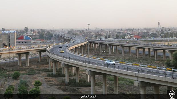 モスルはイラク第2の都市。ISは昨年6月に大攻勢をかけ、イラク軍は敗走し、町は陥落した。以前は近郊も含めて200万前後の人口があったが、IS侵攻で住民の脱出があいついだ。(ニナワ県モスル・IS映像)