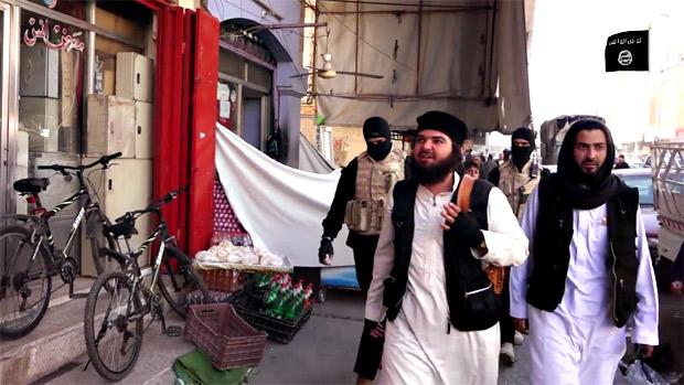 写真はヒスバと呼ばれる宗教警察。犯罪捜査、スパイ摘発、飲酒、薬物の検挙を行う。このほか礼拝時間に商店を閉めさせるなど「イスラム風紀の徹底」を指導する機関でもある。(ニナワ県モスル・IS映像)