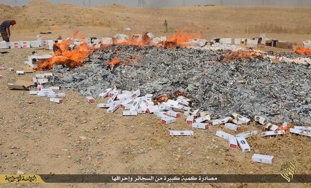 タバコはイスラムの教えに反するとして、摘発しては焼却する。(ニナワ県モスル・IS映像)