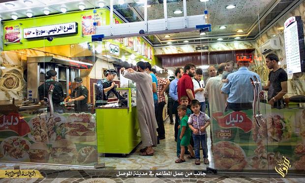 モスル市内のレストラン街は電気がついているが、生活の厳しい住民には外食もままならなくなった。こうしたところに通うのは高待遇の給料をもらう戦闘員か、生活の余裕のある家庭という。(ニナワ県モスル・IS映像)