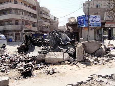 バグダッドの中心部を走る道路には、自動車爆弾の残骸が放置されていた。2011年4月、撮影玉本英子(アジアプレス)