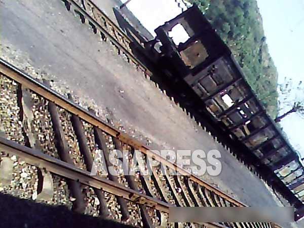 北朝鮮ではぼろぼろになった貨車をしばしば見かける。線路工や駅員たちが、お金を稼ぐために車体から鉄を取り外して売り払う不正が横行している。 2013年9月リ・フン撮影(アジアプレス)