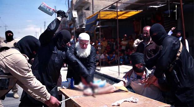 窃盗犯に対する手首の切断刑。これらはハッド刑を呼ばれるが、一部のイスラム諸国ではこうした刑が存在し、ISだけが特殊というわけではない。治安が混乱した場所では強盗も横行し、見せしめという形であっても厳しい取り締まりは犯罪抑止力ともなっている。ただし冤罪も含む公正な裁判が行われているかなどは不明。また同性愛をビルから突き落としたり、姦淫の罪で石を投げつけて殺害するという公開処刑も横行している。写真の一部をぼかしています。(ニナワ県モスル・IS映像)