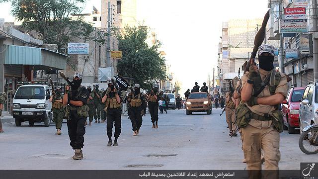 アレッポ近郊の町アルバーブはISの支配下にある。写真はアルバーブの街頭を行進するIS部隊。(IS映像2015年)