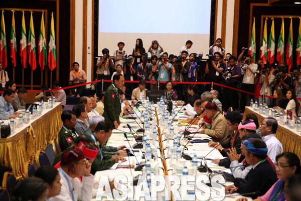 ミャンマー政府と少数民族武装勢力との間で3年にわたって協議が続いてきた全土停戦協定の調印が15日、首都ネーピードーで行なわれる。ことし7月にヤンゴンで開催された協議で、「誰が協定に調印するか」をめぐって合意に至らず、最終的に8組織だけが調印することになった。(7月22日撮影・赤津陽治)