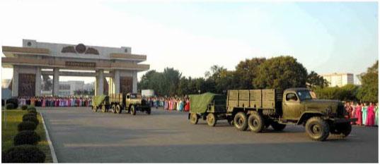 女盟員らが贈呈した放射砲が「祖国解放戦争」(朝鮮戦争)勝利記念塔の前を通っている。(2015年10月6日、労働新聞より引用)