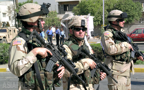 イラクに駐留していた米軍の兵士。2003年4月のフセイン政権が崩壊して半年後あたりから、武装勢力による米軍への襲撃事件があいつぐようになった。写真はバグダッド市内で起きた爆弾事件で、地域を封鎖して警備にあたる米兵。(2004年・撮影:玉本英子)