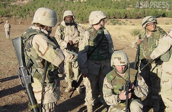 女性兵士も前線での戦闘に参加する。写真はイラク北部に展開していた米陸軍第101空挺師団の兵士。(2003年・イラク・撮影:玉本英子)