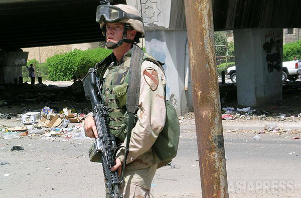 2004年ごろには米軍襲撃事件がイラク各地で毎日のように起きていた。写真は、バグダッド市内をパトロール中に武装組織に襲撃され、緊張した表情で周囲を警戒する米兵。(イラク・2004年・撮影:玉本英子)