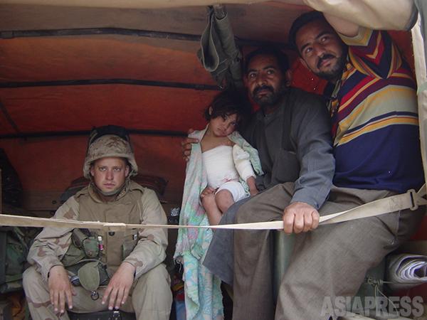 米軍トラックに載せられて運ばれるイラク人の女の子と家族 (バグダッド市内、2003年4月 撮影綿井健陽)
