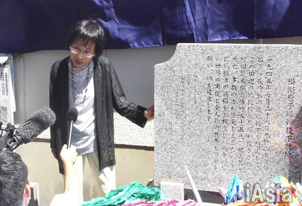 慰霊碑の横で体験談を話す龍野繁子さん 撮影 鈴木祐太