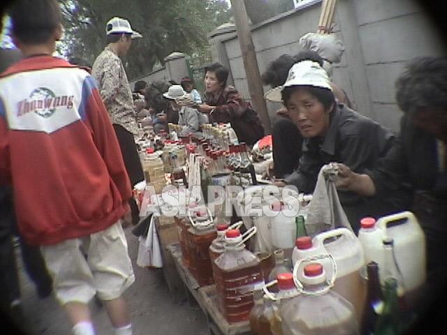 2003年当時の恵山市内。街のいたる所に青空市場が広がっていた。2003年4月 アン・チョル撮影(アジアプレス)