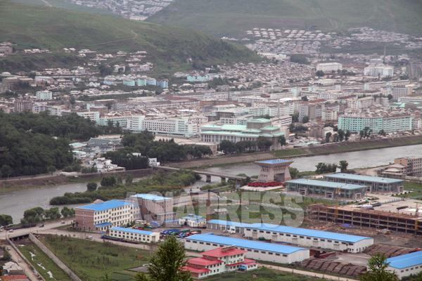 放送委員会は市内の惠明(ヘミョン)洞にある。近所には惠明中学校や、恵山映画配給所などがあり、建物は3階建てだ。2010年6月、中国側から撮影(アジアプレス)