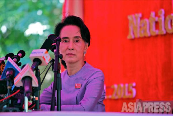 国民民主連盟(NLD)は1990年の総選挙以来、25年ぶりに総選挙に参加。選挙前、最後の記者会見を行なうアウンサンスーチー党首。11月5日ヤンゴン・赤津陽治撮影(アジアプレス)