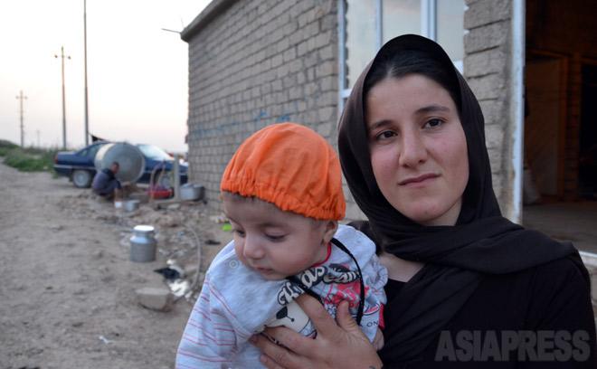 ISに拉致され、命がけで脱出したアムシャさん。殺された夫との間にできた男児にディルブリン(傷ついた心)と名づけた(2015年4月イラク北部で撮影・玉本英子)