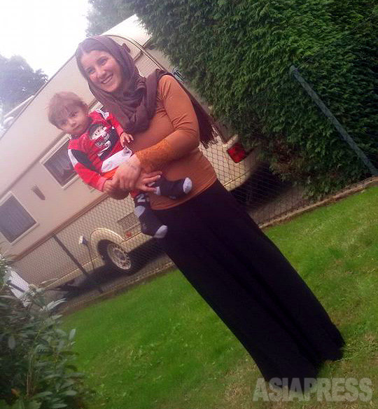 9月末、アムシャさんは、2人の息子とともにドイツに向かった。2年間、メンタルケアを受ける予定だ。写真は到着後のドイツ北部の町から送られてきたもの。(9月末、親族が携帯電話で撮影)