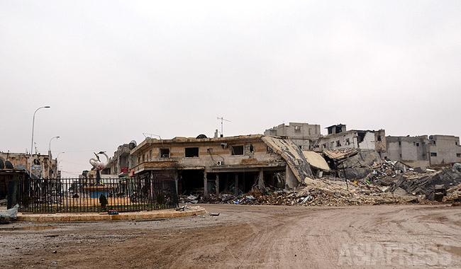 シリア北部コバニは昨年9月に始まったISの総攻撃で破壊されていた。町の中心部の広場の右横にあった病院はISの自爆車両攻撃で完全に倒壊していた。(2014年12月撮影・玉本英子)