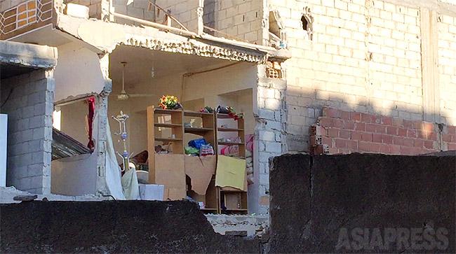 昨年9月のISの侵攻で戦火に包まれたコバニ。この地区ではすぐ近くで自爆車両攻撃があり周辺の建物が崩落した。町は時が止まったかのようになっていた。(2014年12月撮影・アジアプレス)