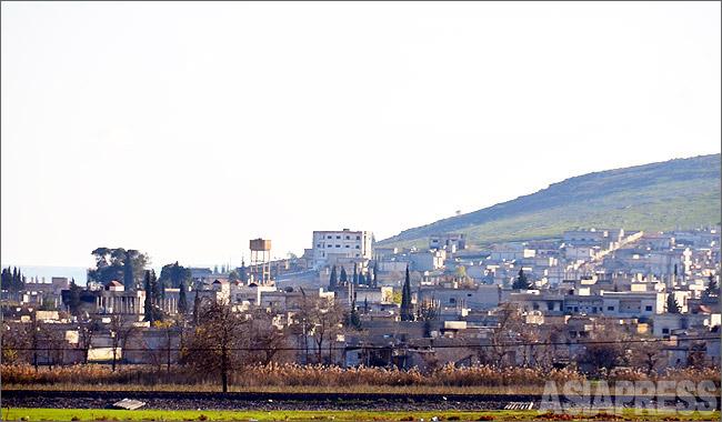 コバニのほぼ半分近くがISに制圧された。写真はトルコ側から見たコバニ東部地区。この地区も向こうの丘もすべてISの支配地域になっていた。(2014年12月撮影・玉本英子)