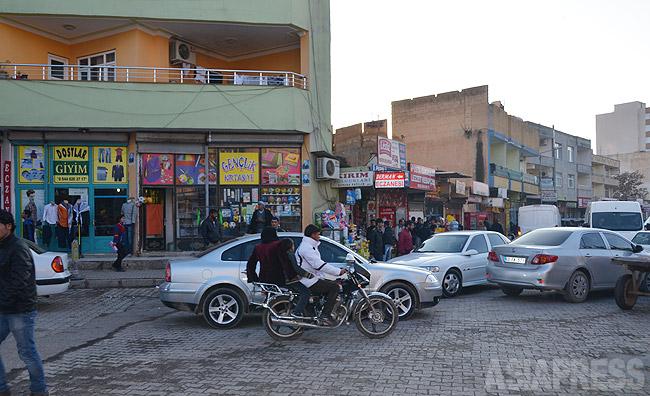トルコ国境の町スルチ。昨年のISのコバニ侵攻で、避難民約10万が国境を越え押し寄せた。スルチは人口約10万の小さな町だったが、避難民で人口は倍以上に膨れ上がった。(2014年12月撮影・玉本英子)