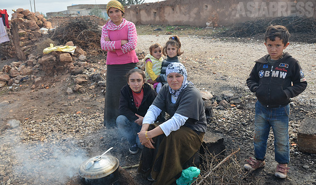 トルコ・スルチ郊外の農村に避難したシリアからのクルド住民。国境を隔てて暮らす親戚の農家のもとに身を寄せていた。「戦闘が迫り、土地も家も捨てて逃げてきた。帰れるものなら帰りたい」と話した。(2014年12月撮影・玉本英子)