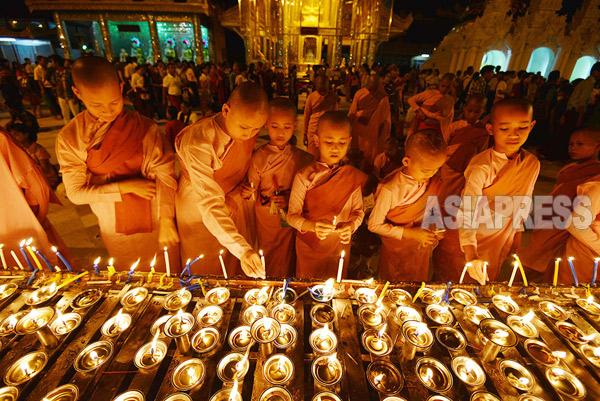 上座仏教が支配的なミャンマー(ビルマ)最大の行事は、4月中旬に行われる正月のティンジャン(水かけ祭り)。その次に大切な行事は、10月の満月のカソン月(雨安居開け)である。この日、全国のパゴダでロウソクが灯される。撮影 宇田有三