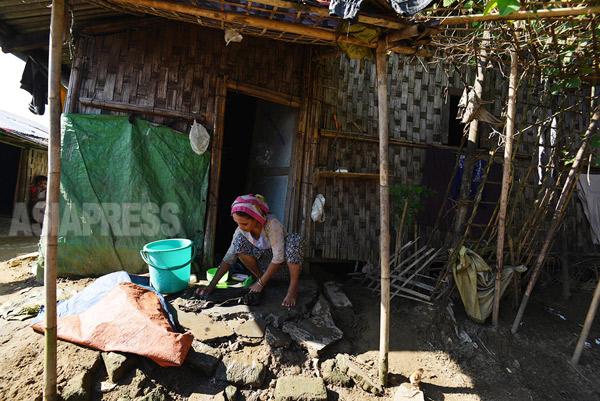 ロヒンギャ・ムスリムの難民キャンプ、洗濯に精を出す女性。(ラカイン州)撮影 宇田有三